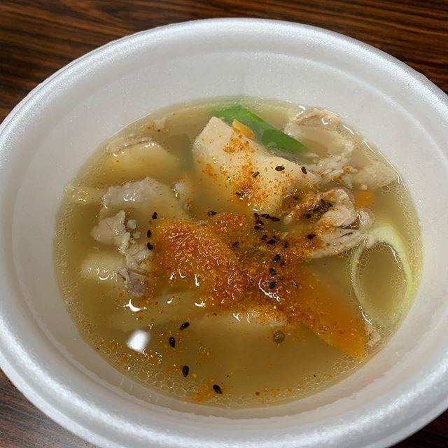 芋煮会の季節ですね。里芋をたっぷり使った芋煮汁^ ^体の芯まで温まり、野菜たっぷりで美味しいですね。